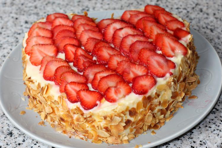 g teau fraises g teau aux fraises recette g teau aux fraises coeur aux fraises. Black Bedroom Furniture Sets. Home Design Ideas